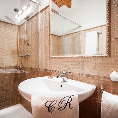 Baño de diseño contemporáneo que armoniza con el estilo colonial rural de la casona