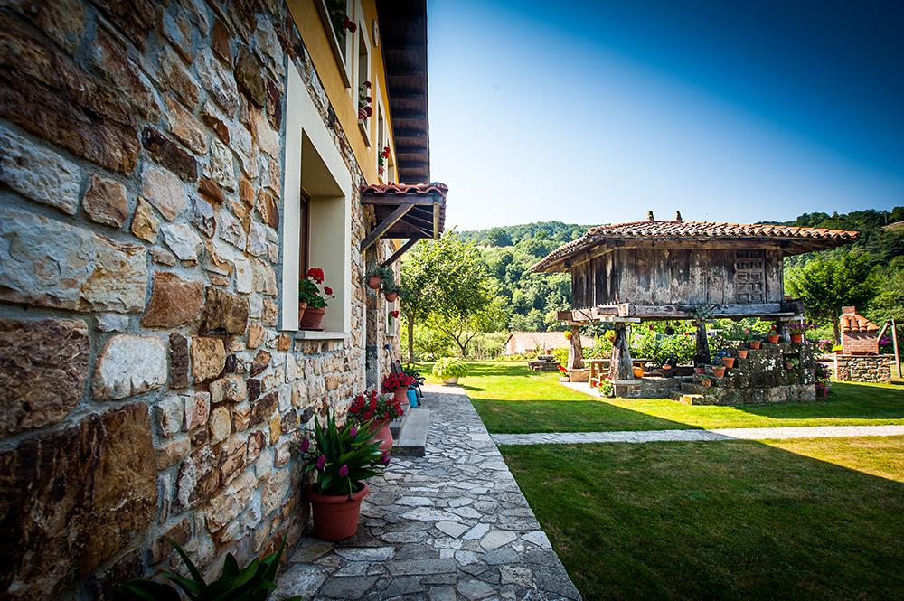 Vista desde la esquina de la casa rural del hórreo y el jardín