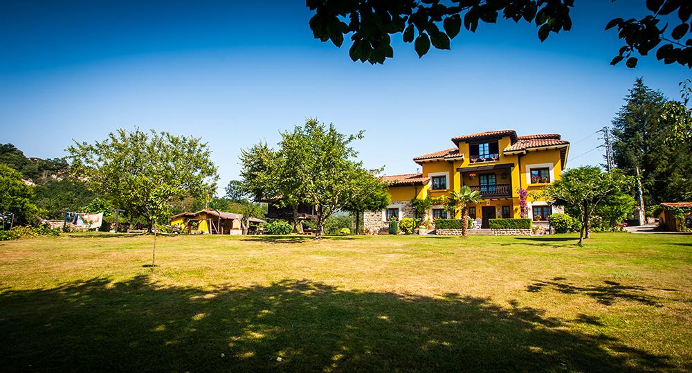 Panorámica de la casa rural y jardín