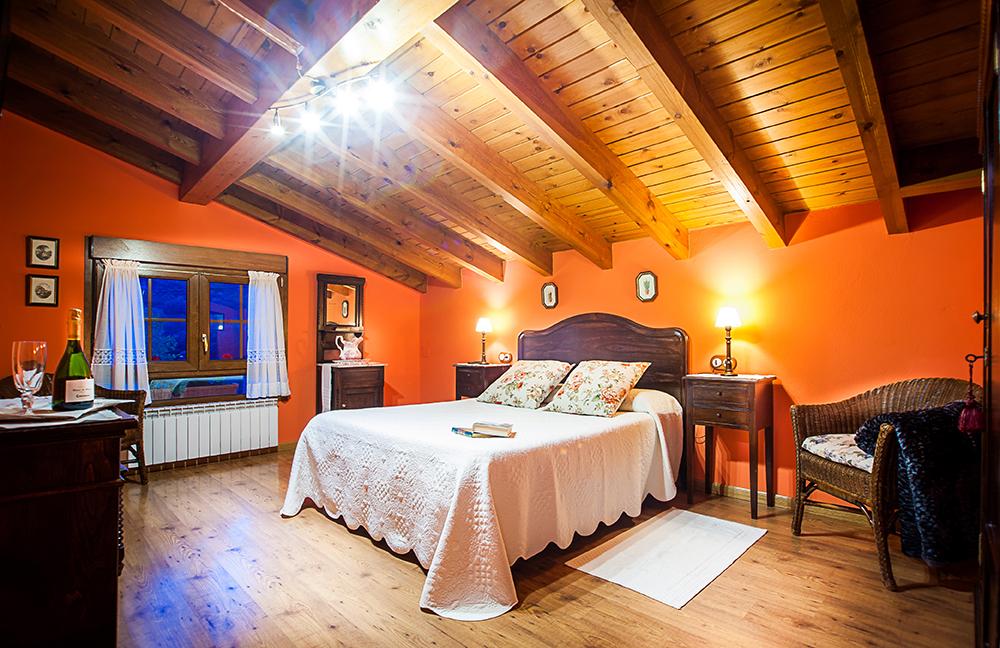 Habitación doble con suelo y techo de madera